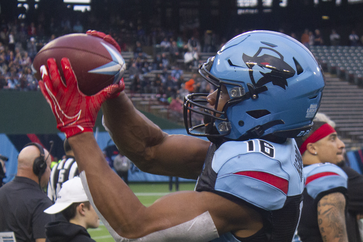 Close up of Dallas Renegades player catching a football
